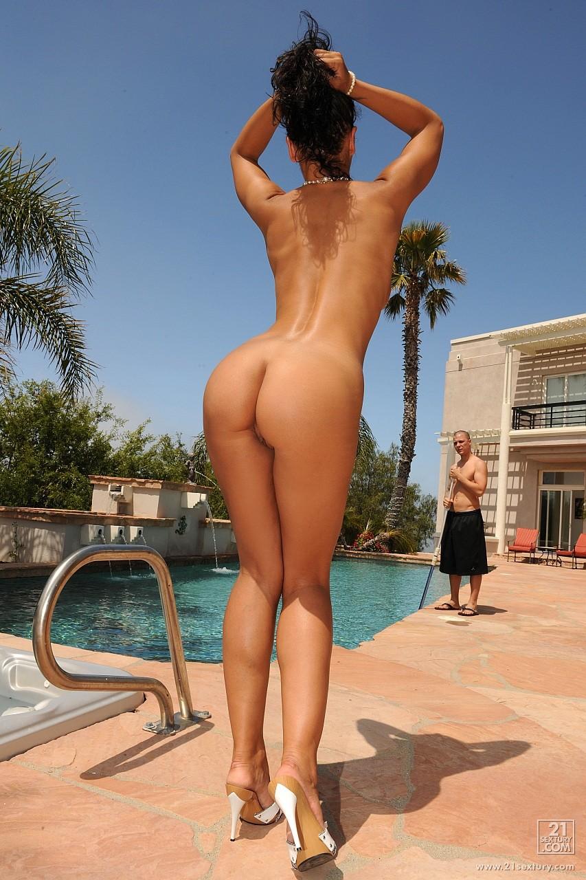 Уборщик бассейна трахнул 6 фотография