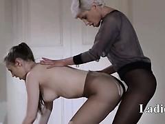 18yo-schoolgirl-gets-fuck-from-strap-on