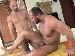 straight-masseur-sucks