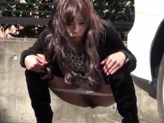 asian-babe-has-to-pee