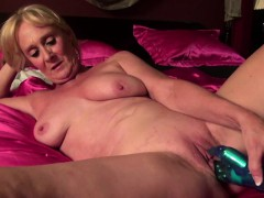 close-up-shooting-of-mature-pussy-getting-toyed