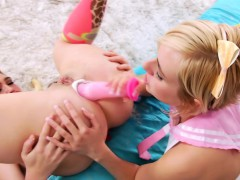 outdoor-lesbo-ass-toyed