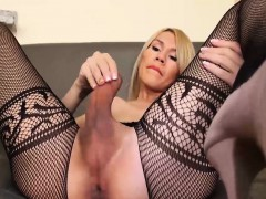 attractive-shemale-nathy-vaqua-knows-how-to-use-her-sex-toy