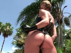 femdom-blonde-dressed-in-leather