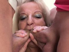 Bella nonna bionda con due cazzi in bocca