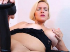 naughty-milf-cammodel-is-masturbating-tenderly