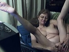 mature-lady-loves-to-have-phone-sex-while-pleasuring-herself