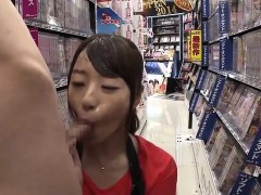 amateur-gives-blowjob-in-public