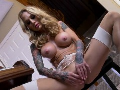 bangin-hot-sarah-plays-with-her-wet-pussy