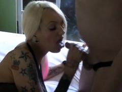 Reifes Camgirl blaest einen Schwanz beim Zigarette rauchen