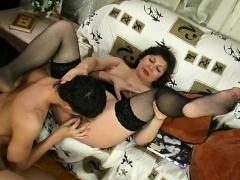 mature-brunette-milf-in-stockings-masturabtes