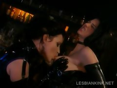 lesbos-in-latex-making-out-in-bdsm-scene