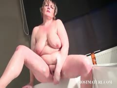 mature-bitch-masturbates-quim-in-bathtub