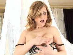 mature-woman-in-stockings-masturbates