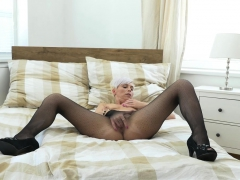 euro-milf-kathy-white-fingers-her-pussy-in-nylon