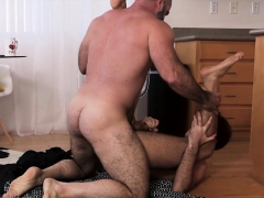 familydick-muscle-daddy-barebacks-stepson