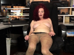 american-milf-heidi-peels-off-her-pantyhose-and-plays