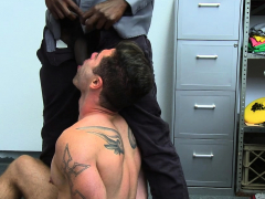 youngperps-security-guard-shoves-his-bbc-in-a-muscular-stud