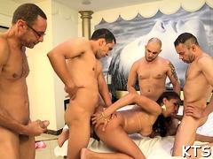 Pretty latina trans Tamarah Camargo gets nailed