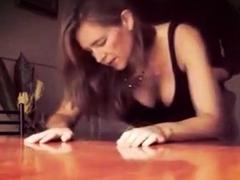 baisee-contre-la-table
