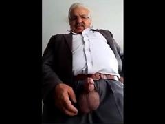 arab-daddy-showing-on-cam