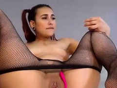 amateur-webcam-chick-masturbates-on-webcam-more-at
