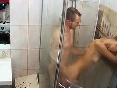 jeune-rousse-se-fait-soulever-sous-la-douche