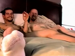 gay-men-amateur-and-pittsburgh-chris-gives-brian-a-hand