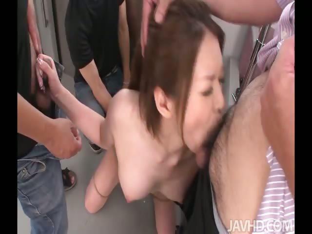 Брюнетки выследили пьяную японочку в метро вынимая член секс